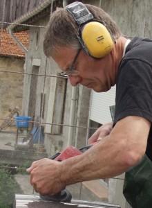 Peter Koks beeldhouwer in steen aan het werk in St Baslemont